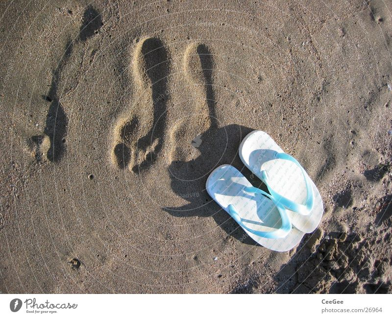 weg gegangen Wasser Meer Strand Fuß Sand Schuhe nass Freizeit & Hobby Fußspur feucht Flipflops Badelatschen