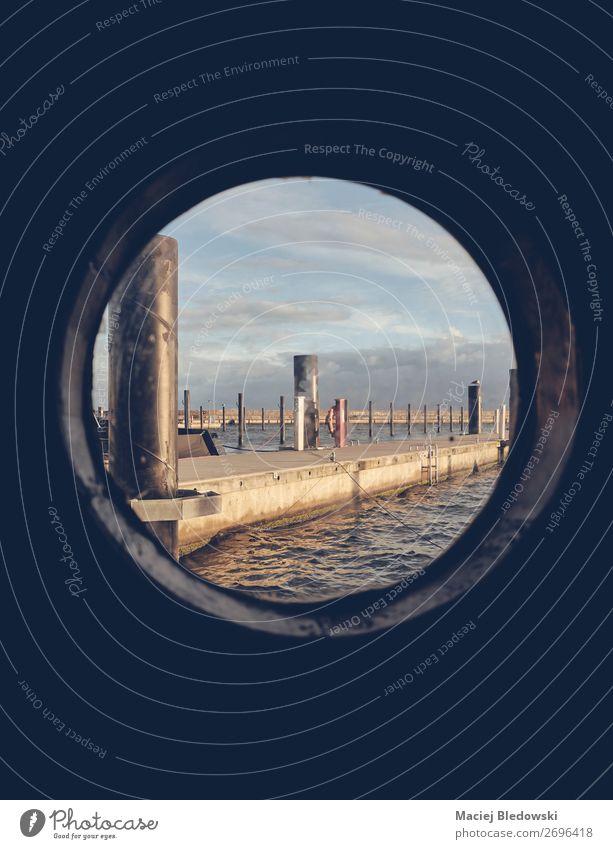 Hafen gesehen durch ein altes Schiffsporthole. Ferien & Urlaub & Reisen Tourismus Freiheit Kreuzfahrt Sommerurlaub Meer Insel Horizont Schifffahrt Bootsfahrt