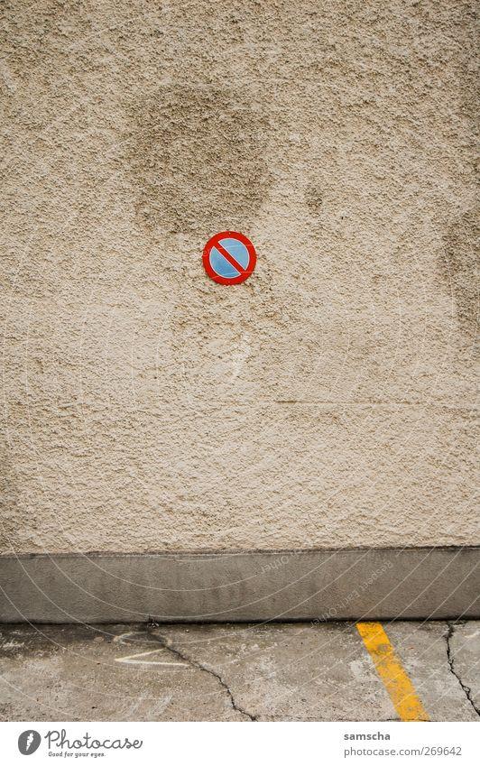 Parken verboten Kleinstadt Stadt Stadtzentrum Mauer Wand Fassade Verkehr Personenverkehr Straßenverkehr Autofahren Verkehrszeichen Verkehrsschild Stein Zeichen