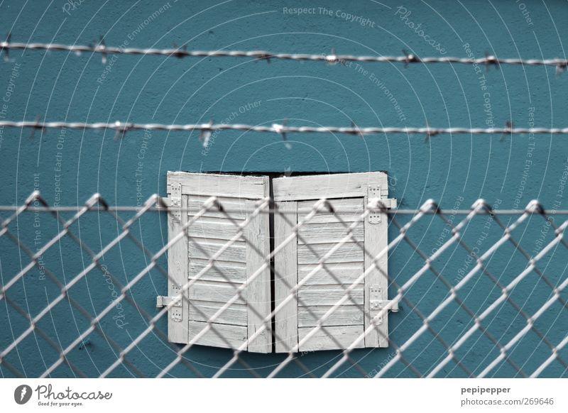 XXXXXXXXX blau Haus Fenster Wand Gefühle Holz Stein Mauer Gebäude Metall Wohnung Angst geschlossen Häusliches Leben Zaun gefangen