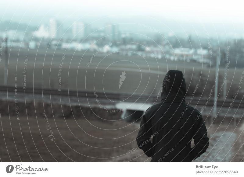 Abseits der Stadt Mensch Natur Landschaft Einsamkeit Winter Lifestyle Herbst kalt Traurigkeit Denken Stimmung maskulin Feld Rücken beobachten einfach