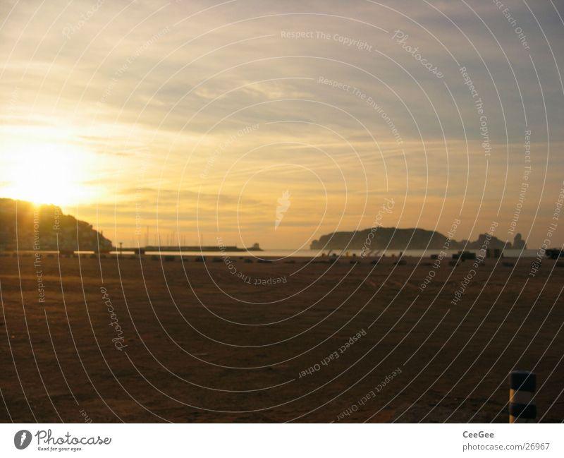 Bucht vor Estrtit Spanien Costa Brava Meer Sonnenaufgang gelb Beleuchtung Licht Nebel Wolken Strand Europa Estartit Insel Wasser Hafen Himmel Sand