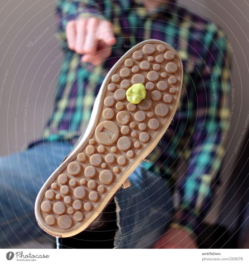 (Kau)gummisohle Kaugummi Mensch maskulin Mann Erwachsene Körper Brust Arme Hand Finger Beine Fuß 1 Bekleidung Hemd Jeanshose Schuhe Turnschuh sitzen dreckig
