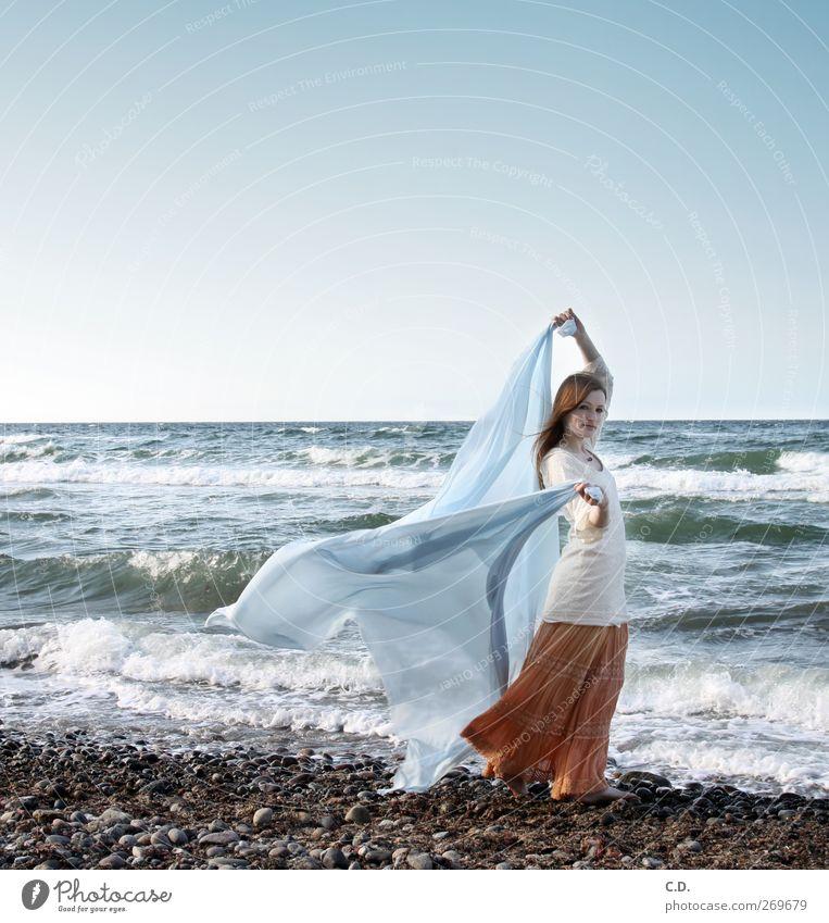Eleganz am Stand Mensch Himmel Natur Jugendliche blau schön Meer Strand Erwachsene Frühling Stein orange Wellen Junge Frau Wind elegant