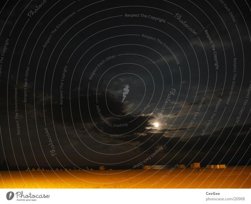 Nacht am Strand 2 Wolken gelb schwarz dunkel Licht Meer Langzeitbelichtung Beleuchtung Himmel Sand Mond Wasser