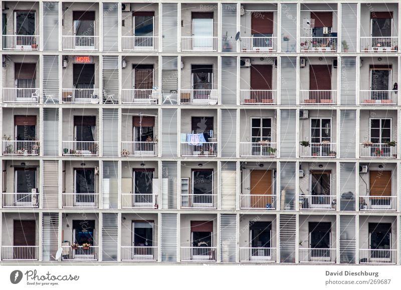 Normiertes Wohnen Stadt überbevölkert Haus Hochhaus Bauwerk Fassade Balkon Fenster Tür Rollladen Geländer Rechteck Symmetrie Fensterscheibe Farbfoto