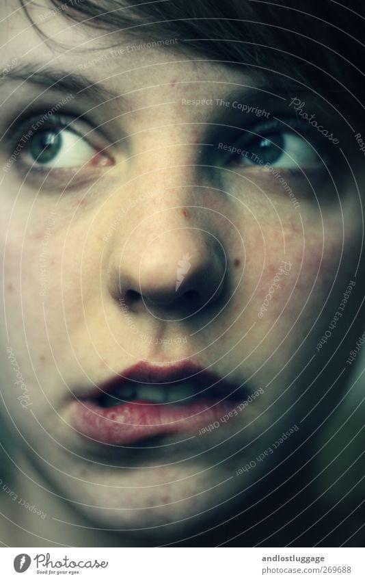 gewissensbisse. feminin Junge Frau Jugendliche Erwachsene Gesicht Mund Lippen 1 Mensch 18-30 Jahre Denken lernen träumen außergewöhnlich dunkel kalt blau rosa