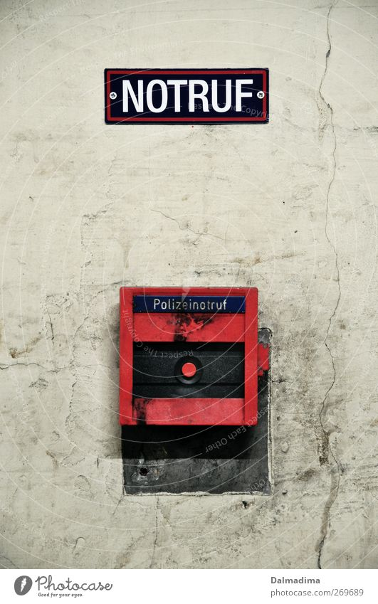 HILFE! Schalter Technik & Technologie Mauer Wand Beton Kunststoff Schilder & Markierungen Hinweisschild Warnschild dreckig Stadt rot Hilfsbereitschaft Angst