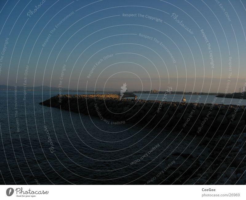 Hafenmauer Mauer Anlegestelle Licht Belichtung Dämmerung Meer Spanien Wasser Stein Bruchstück Felsen Sonne Estartit Himmel blau