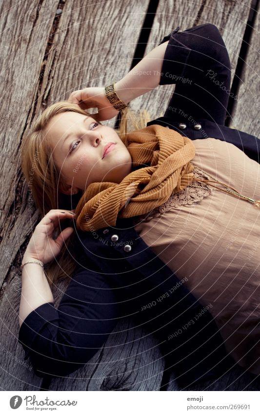 authentisch feminin Junge Frau Jugendliche 1 Mensch 18-30 Jahre Erwachsene Mode schön Farbfoto Außenaufnahme Tag Vogelperspektive Porträt Oberkörper