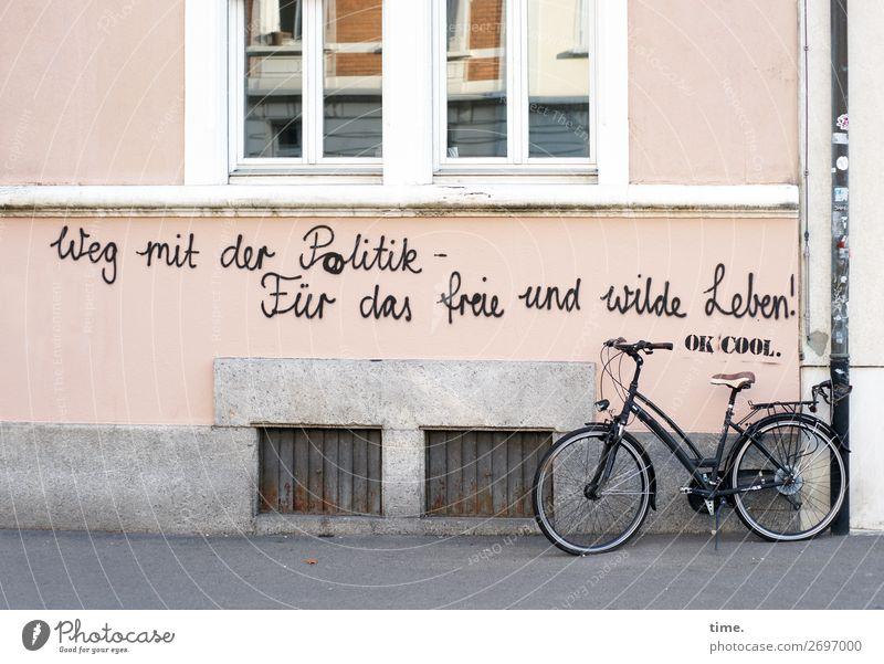 Gedankenspiele Stadt Haus Fenster Straße Leben Graffiti Wand Wege & Pfade Mauer Freiheit Zusammensein Fassade Stimmung träumen Schriftzeichen Fahrrad