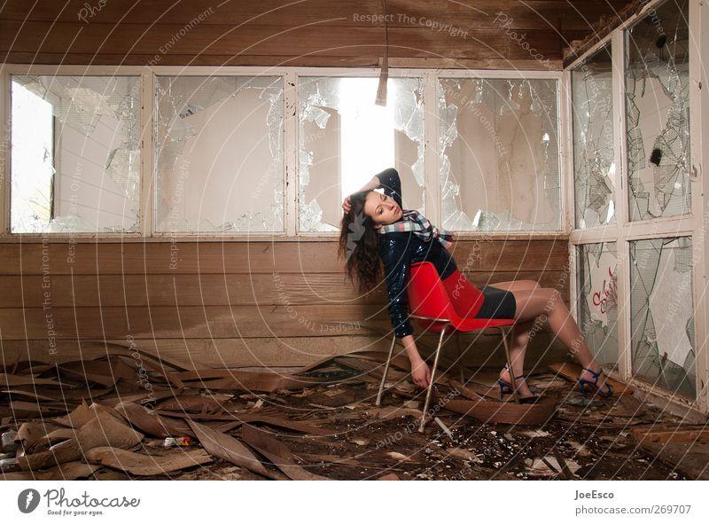 #269707 Lifestyle Stil Raum Frau Erwachsene Leben Fenster Mode Erholung sitzen träumen warten dunkel trendy einzigartig kaputt rebellisch wild Coolness Ausdauer