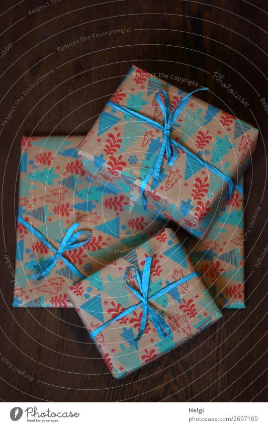 drei verpackte Geschenke in weihnachtlich gemustertem Papier mit blauen Schleifen liegen übereinander Feste & Feiern Weihnachten & Advent Geburtstag Verpackung