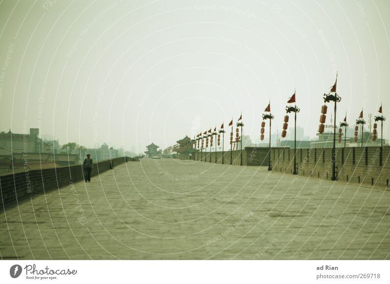 die Mauer Mensch Mann Erwachsene 1 Himmel Wolken Xi'an China Stadt Stadtrand Altstadt Skyline bevölkert Burg oder Schloss Ruine Brücke Turm Bauwerk Wand