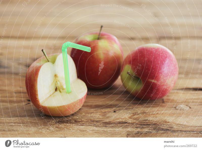 Apfelsaftproduktion Lebensmittel Frucht Ernährung Getränk trinken Erfrischungsgetränk Limonade Saft rot saftig fruchtig Halm Holztisch Farbfoto Innenaufnahme