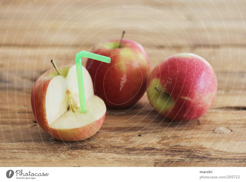 Apfelsaftproduktion rot Frucht Ernährung Lebensmittel Getränk trinken Halm saftig Saft Erfrischungsgetränk Holztisch fruchtig Limonade