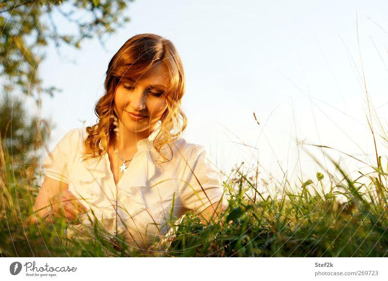 regeneration schön Haare & Frisuren Haut Kosmetik Alternativmedizin Wohlgefühl Erholung ruhig Meditation feminin 1 Mensch Wiese langhaarig Lächeln träumen Glück