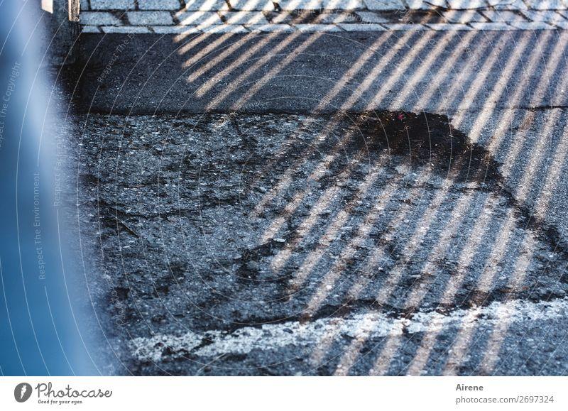 strichweise sonnig Straße Straßenrand Bürgersteig Straßenbelag Stein Beton Linie Gitter parallel Streifen trist Stadt grau weiß Ordnung Neigung diagonal