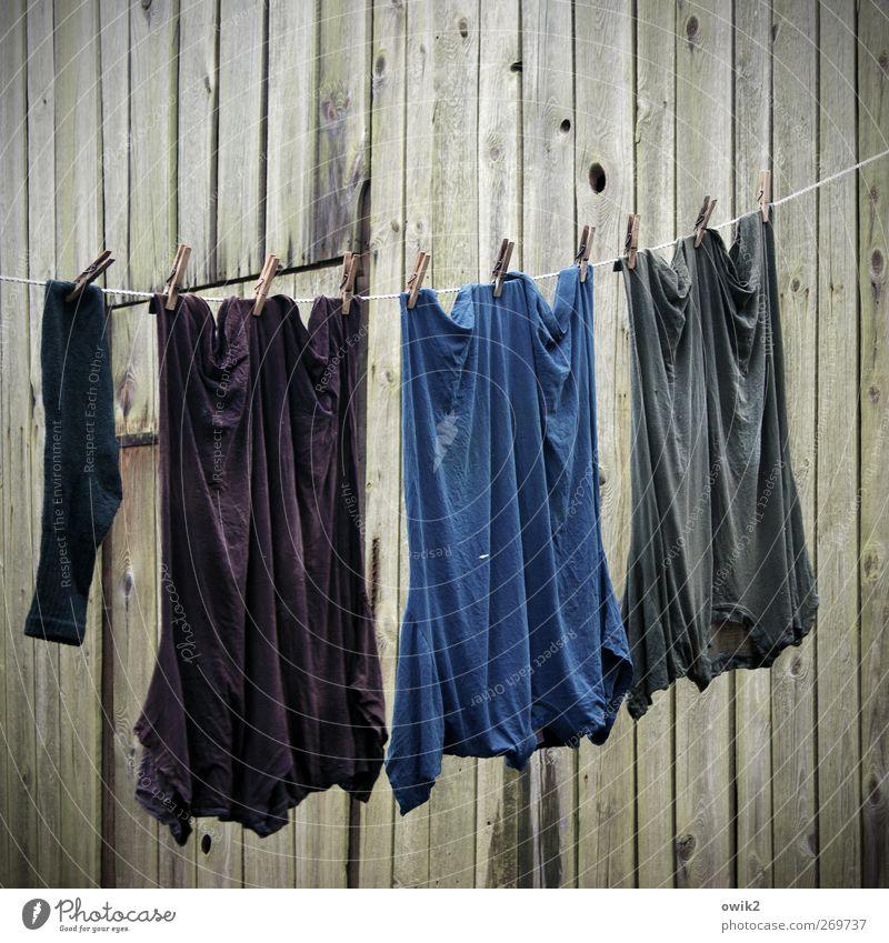 Abhang Mauer Wand Fassade Holzwand Bekleidung T-Shirt Arbeitsbekleidung Strümpfe Wäscheleine Wäscheklammern Bewegung hängen schaukeln warten Armut Zusammensein