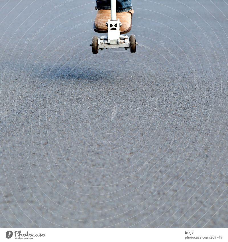 jump and run II Mensch Leben Spielen springen Freizeit & Hobby Lifestyle fahren Mobilität Anschnitt Kinderspiel Tretroller Vor hellem Hintergrund
