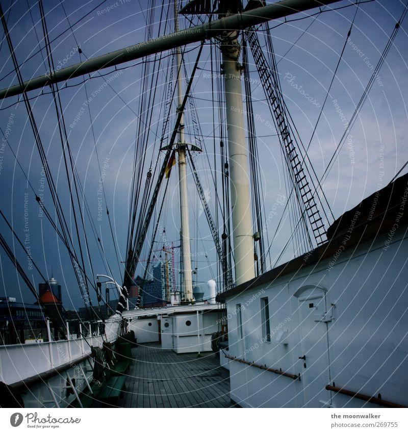 alles im lot aufm boot blau weiß schwarz grau Seil Hamburg Europa Perspektive Hafen Bundesadler Schifffahrt skurril Segel Nervosität Hafenstadt Segelschiff