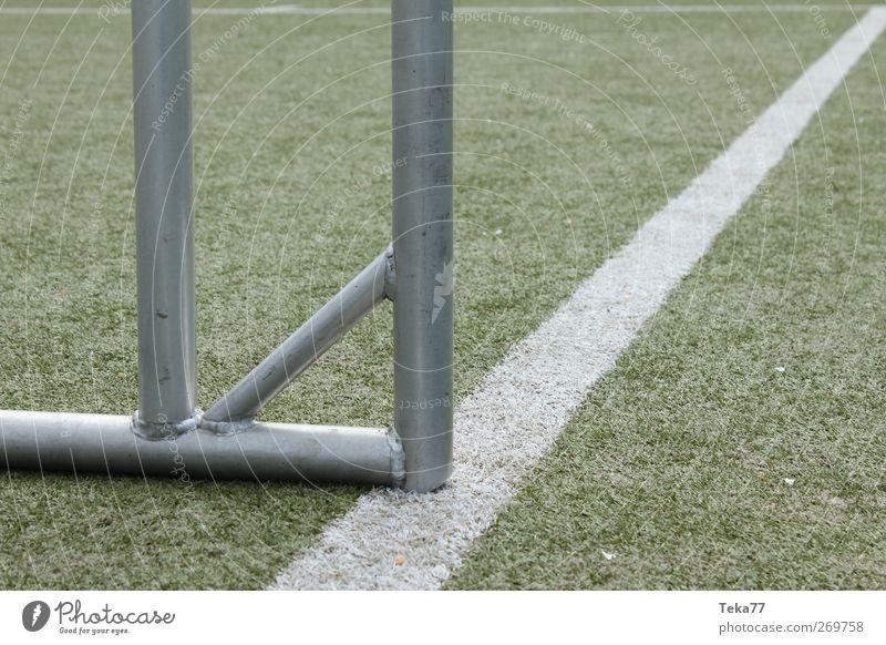 Fußballlinientor weiß grün kalt Sport Spielen grau Horizont Freizeit & Hobby außergewöhnlich Fußball Platz modern Erfolg ästhetisch Perspektive nah