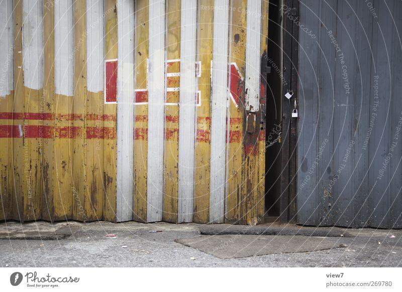 geschlossen Haus Tor Gebäude Architektur Mauer Wand Fassade Metall Stahl Schriftzeichen Linie alt authentisch einfach kalt mehrfarbig ästhetisch Design