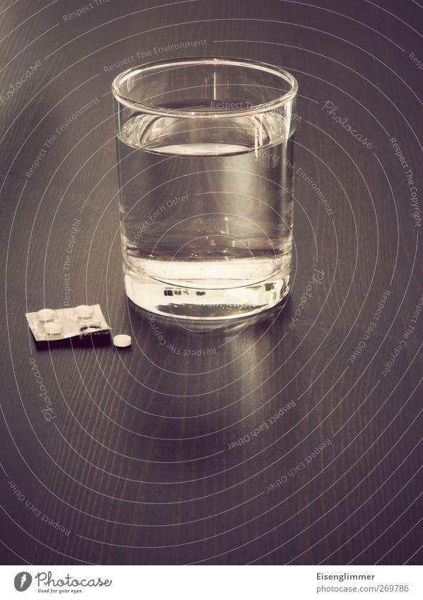 Pillenwasser kalt hell Glas Trinkwasser Gesundheitswesen Sauberkeit Flüssigkeit Medikament Wasserglas Packung