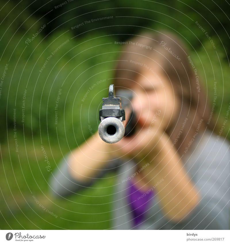 Junge Frau mit Gewehr im Anschlag zielt auf Kamera, Gewehrmündung Luftgewehr Jugendliche 1 Mensch Sommer bedrohlich rebellisch feminin selbstbewußt Mut