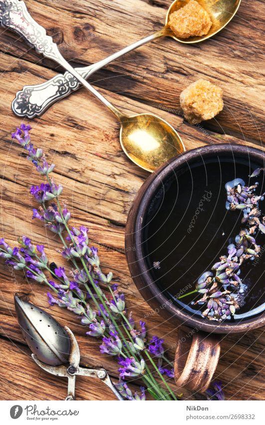 Tee mit Lavendel. Blume natürlich Kraut Kräuterbuch Tasse trinken Getränk Pflanze Medizin purpur aromatisch Pflege Heilung Löffel trocknen alternativ Kräutertee
