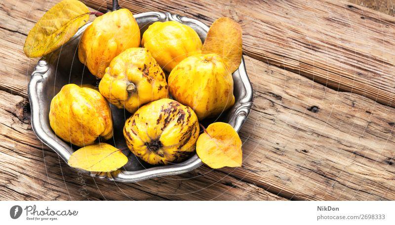 Quittenernte. Frucht gelb Tablett Herbst reif Blatt süß saftig Quittenfrucht roh Vegetarier Apfel Ernte hölzern Blätter Oktober September orange Aroma