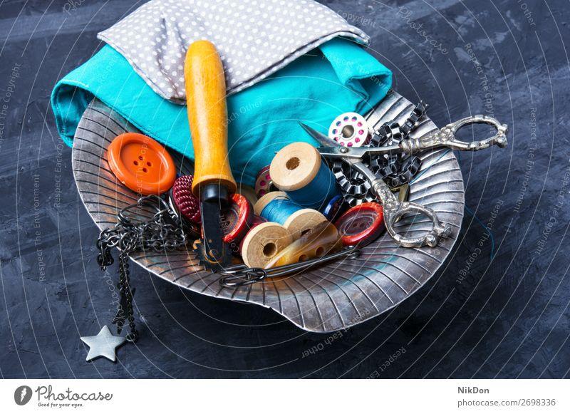 Knöpfe, Schere und Faden Schaltfläche Nähen Werkzeug Handarbeit Vase Faser Spule Handwerk Hobby nähen Stoff Gewebe Textil Näherin handgefertigt Garnspulen