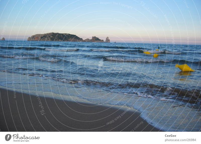 enfernte Inseln Spanien Strand Meer Boje Ferne Wellen nass feucht Küste gelb Schaum Gischt Horizont Europa Estartit Wasser Sand blau Himmel