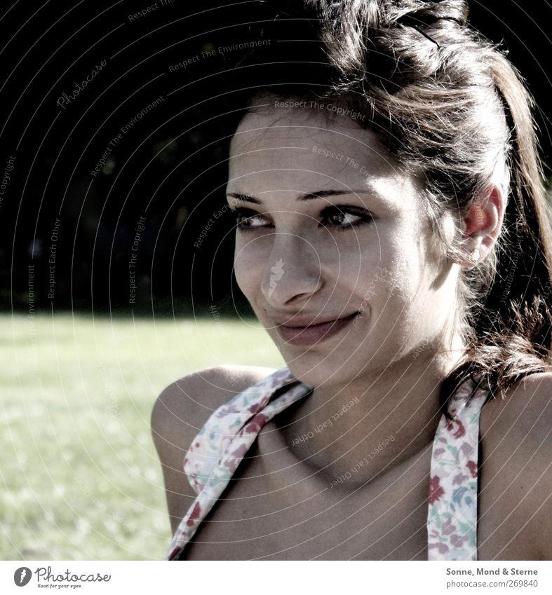 Moth feminin Junge Frau Jugendliche 1 Mensch 18-30 Jahre Erwachsene Sommer brünett Zopf Erholung genießen Lächeln Freundlichkeit Fröhlichkeit frisch positiv