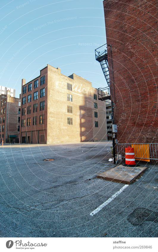 hinten grade, vorne schief Stadt Straße Wand Mauer Fassade USA historisch trendy Stadtrand