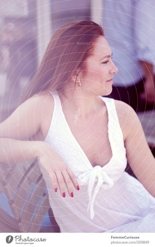 In weiß. feminin Junge Frau Jugendliche Erwachsene Haut Kopf Haare & Frisuren Hand Finger 1 Mensch 18-30 Jahre ästhetisch Erholung Biergarten Café Strandcafé