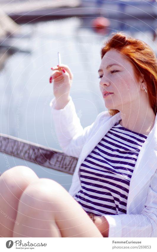 Smoking girl. Mensch Frau Jugendliche Hand Ferien & Urlaub & Reisen schön Meer Erwachsene Erholung Ferne feminin Freiheit Haare & Frisuren Kopf Stil Beine