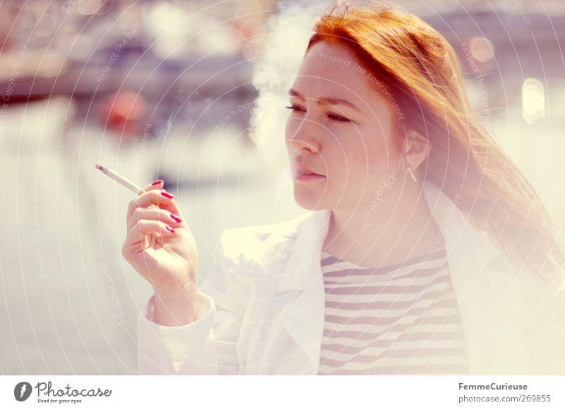 Rauchig. Mensch Frau Jugendliche Hand weiß rot Meer Erwachsene Erholung feminin Freiheit Kopf See Junge Frau 18-30 Jahre Finger