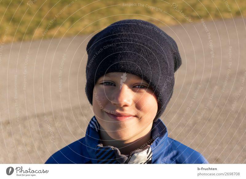 Junge mit Mütze, draussen, Herbst Freude Freizeit & Hobby wandern Kind Gesicht 1 Mensch Wege & Pfade Jacke stehen Freundlichkeit Fröhlichkeit Zufriedenheit