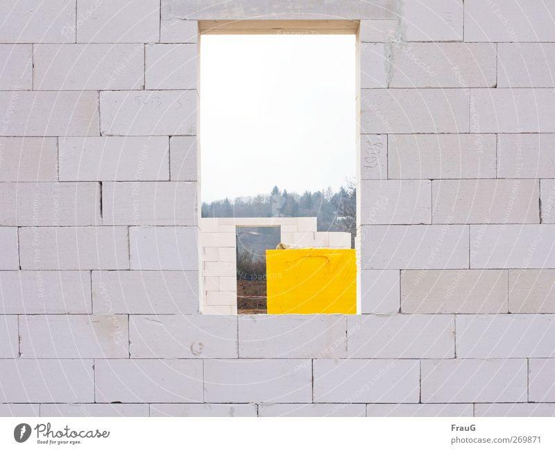 Häusle bauen... Stadt Stadtrand Einfamilienhaus Gebäude Rohbau Mauer Wand Fenster Fensteröffnung Stein Backstein Häusliches Leben eckig gelb weiß Vorfreude