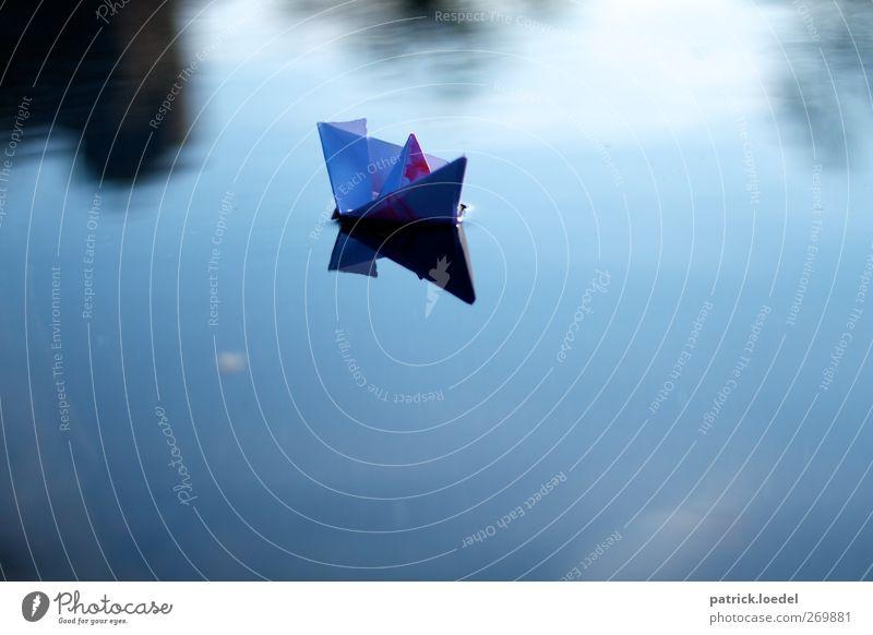 Heimkommen Freizeit & Hobby Basteln Modellbau Kreuzfahrt Wasser Teich Schifffahrt Bootsfahrt blau ruhig Heimweh Fernweh Papierschiff Einsamkeit
