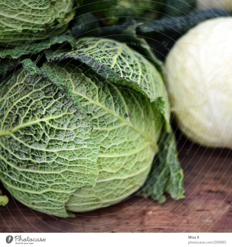Wirsing Lebensmittel Gemüse Ernährung Bioprodukte Vegetarische Ernährung grün Wochenmarkt Marktstand Gemüsemarkt Gemüseladen Kohl Farbfoto Nahaufnahme