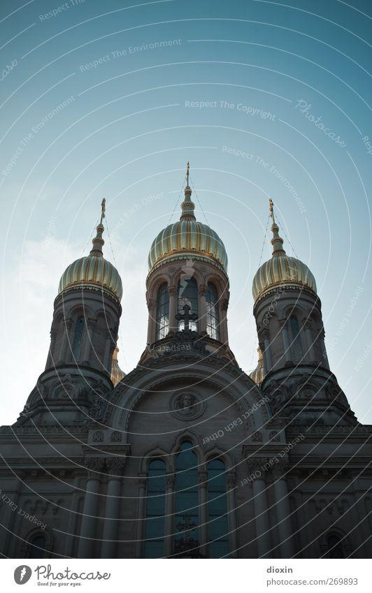 Goldene Türme #2 Wiesbaden Stadt Menschenleer Kirche Turm Bauwerk Gebäude Architektur Fenster Dach Turmspitze Sehenswürdigkeit Wahrzeichen leuchten glänzend