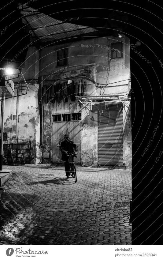 Radfahrer in Marrakesch Fahrradfahren Mann Erwachsene 1 Mensch Marroko Stadt Altstadt Verkehrsmittel Straße Bewegung dunkel Gelassenheit ruhig bescheiden