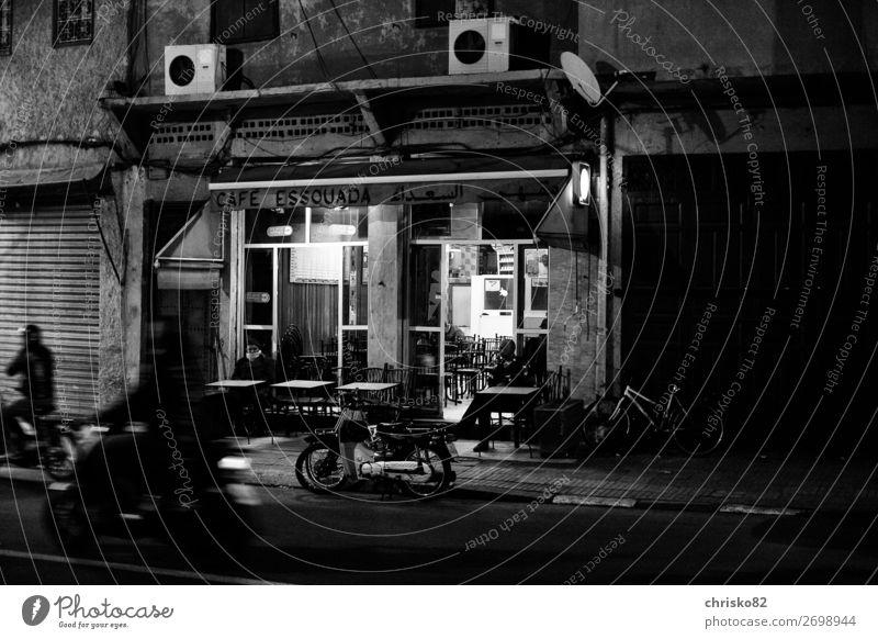 Straßen-Café Tourismus Sightseeing Städtereise Bar Cocktailbar 3 Mensch Stadt Stadtzentrum Altstadt bevölkert Haus Bauwerk Gebäude Terrasse Verkehr