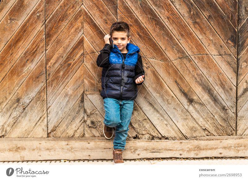 Kind Mensch Ferien & Urlaub & Reisen blau Stadt schön Haus Winter Lifestyle Holz Wand Gefühle Stil Junge Gebäude klein