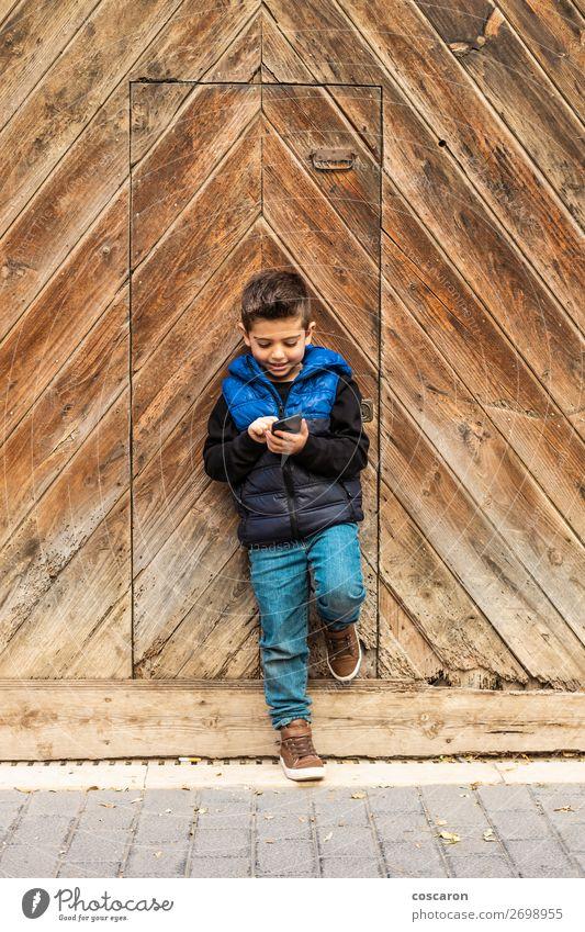 Kind Mensch Ferien & Urlaub & Reisen blau Stadt schön Haus Freude Lifestyle Holz Wand kalt Glück Junge klein Spielen