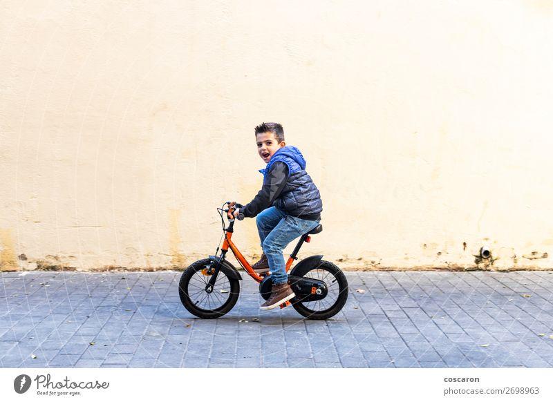 Kleines Kind fährt mit dem Fahrrad auf der Stadtstraße. Lifestyle Freude Glück Erholung Freizeit & Hobby Spielen Kinderspiel Sommer Sonne Sport Erfolg