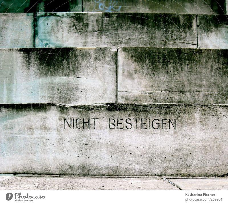nicht besteigen Mauer Wand Treppe Stein Beton Backstein Schriftzeichen Hinweisschild Warnschild grau schwarz türkis weiß Verbot aufsteigen Farbfoto