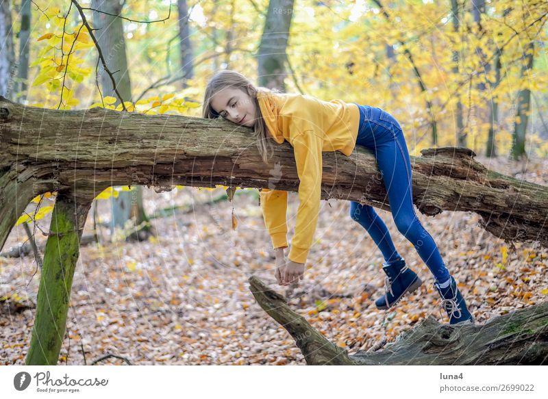 Mädchen liegt auf Baum Kind Natur Erholung Einsamkeit ruhig Freude Wald Lifestyle Traurigkeit Glück Ausflug Zufriedenheit Freizeit & Hobby träumen